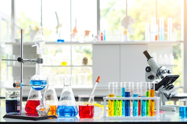 実験室における薬液試験管と顕微鏡
