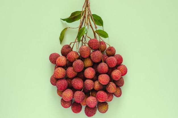 Свежие плоды личи с листьями