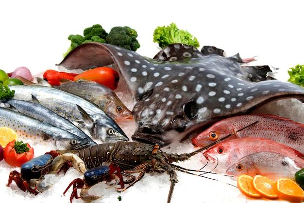 魚市場で氷上のシーフード