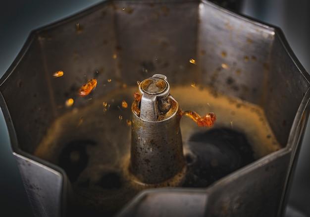Мока горшок готовит свежий кофе. фотография крупным планом