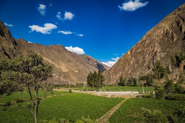 Горная долина священной долины с зеленой зоной, куско, перу