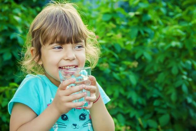 Малыш пьет воду. выборочный фокус.