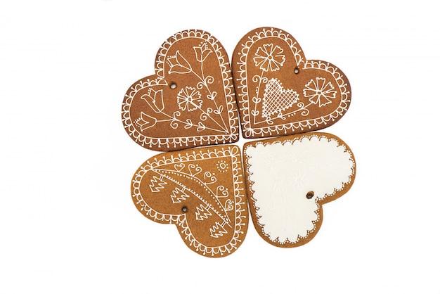 クリスマスの手作りのジンジャーブレッドクッキーは、白い背景にします。