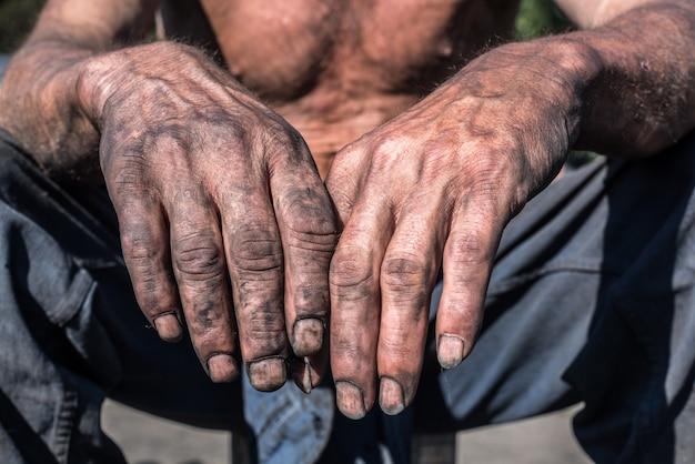 労働者の手。チャコール・バーナー汚れた手を持つ労働者の男。