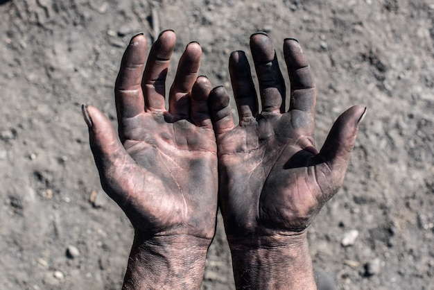 チャコール・バーナー汚れた手を持つ労働者の男。労働者の手。