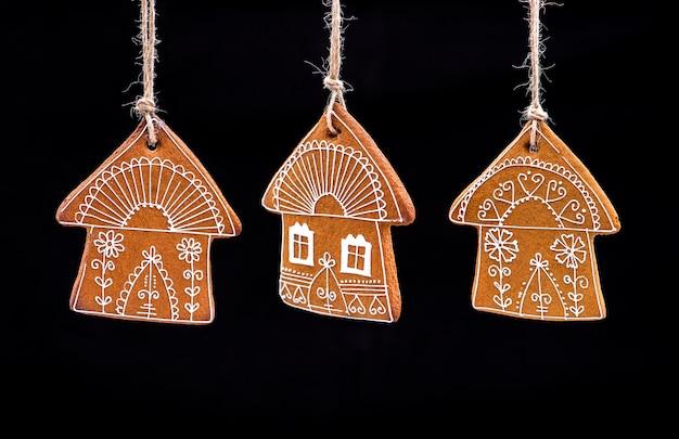 クリスマスジンジャーブレッド。家庭で焼いたジンジャーブレッド、黒の背景。