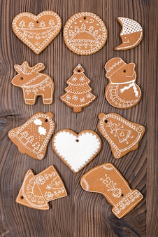 Домашние испеченные и украшенные пряники на деревянном фоне. рождественские пряники.