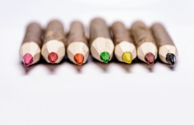 手作りの木製色鉛筆