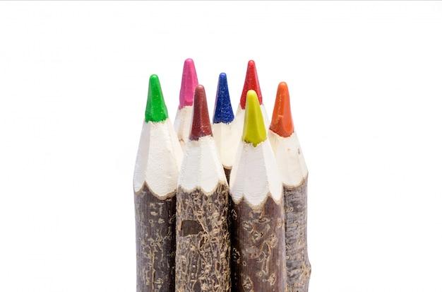 木製の素朴な色のクレヨンのクローズアップ
