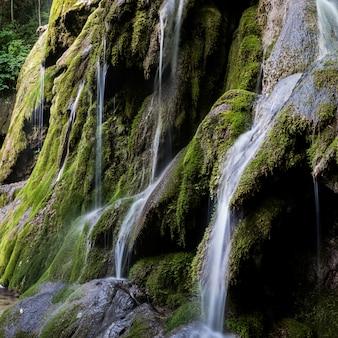 山の中の滝風景、遅いシャッタースピード。