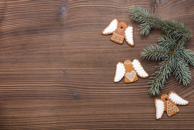 木製の背景にホーム焼きと装飾されたジンジャーブレッド。クリスマスジンジャーブレッド。