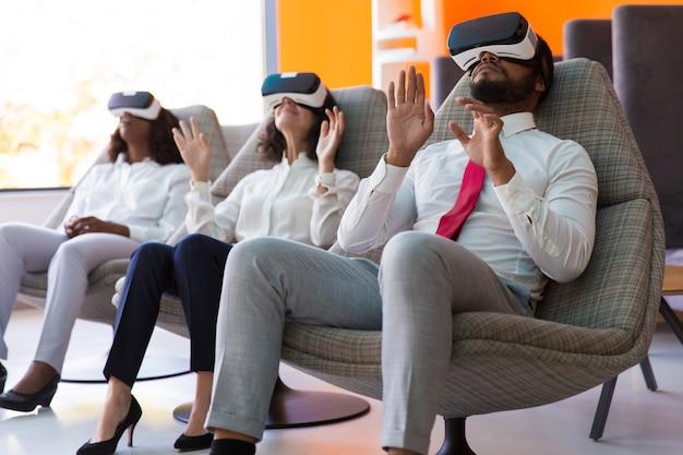 Удивленные коллеги по бизнесу отдыхают в комнате отдыха офиса