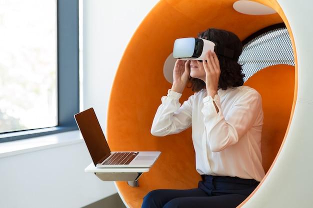 Деловая женщина смотрит интерактивную презентацию