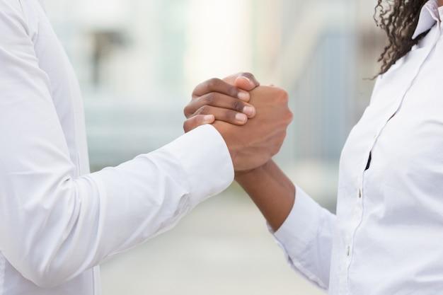 Бизнес коллеги пожимают друг другу руки для корпоративного успеха
