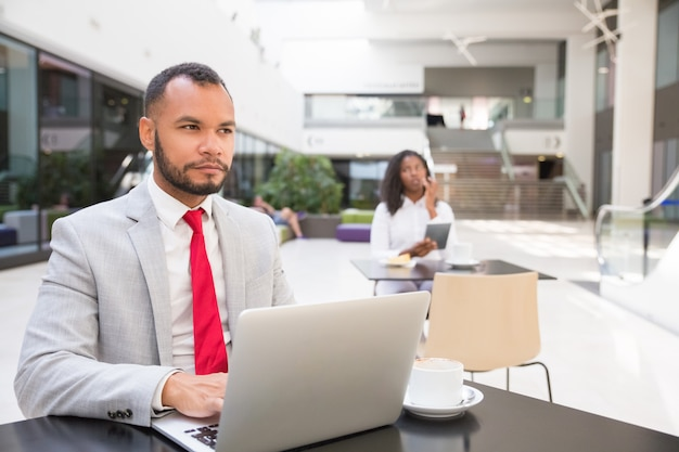 Задумчивый бизнес-профессионал, продумывая идеи