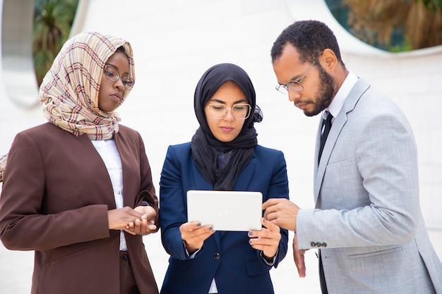 Серьезная бизнес-команда наблюдает за презентацией проекта