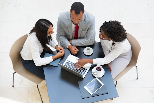 Бизнес команда работает на ноутбуке