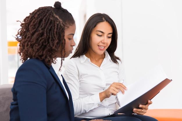 Уверенно женщина-юрисконсульт, объясняя конкретные документы