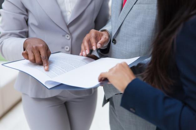Деловые коллеги с бумагами