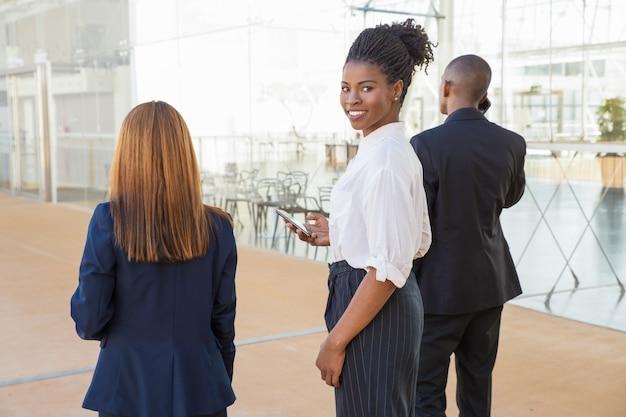 Разнообразные коллеги по бизнесу идут в офис