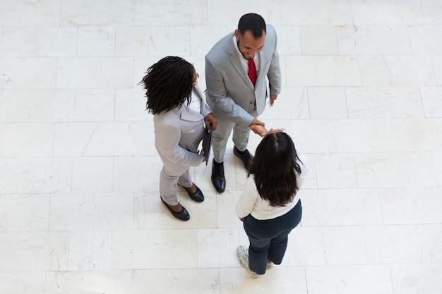 多様な成功したパートナーが互いに挨拶します