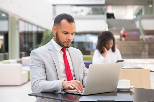Сосредоточенный бизнес профессионал работает над проектом
