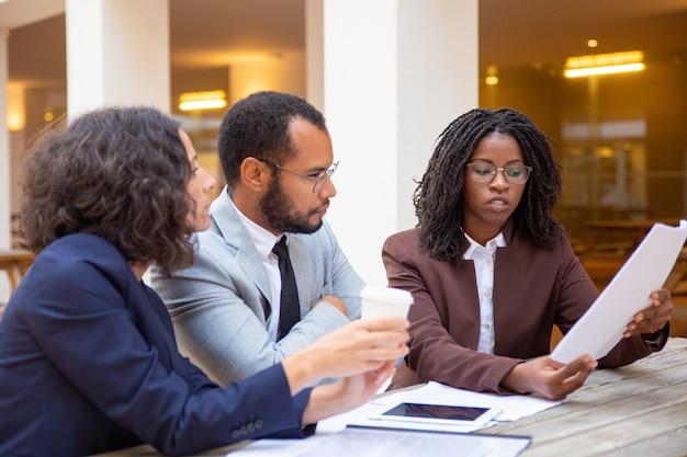 契約の詳細を説明する法律専門家