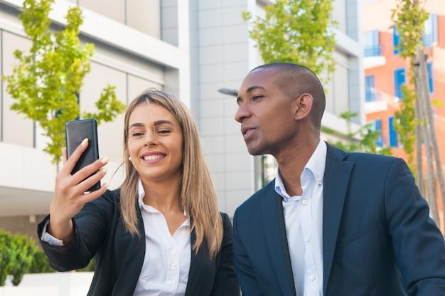 Разнообразные коллеги по бизнесу развлекаются на улице