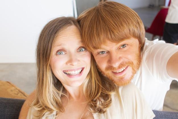 Возбужденная пара веселится дома