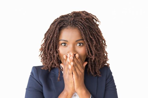 Возбужденный офисный работник шокирован неожиданными новостями
