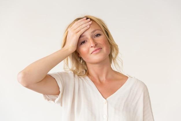 Разочарованная женщина с рукой на лбу