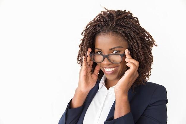 メガネにしようとしている幸せな陽気な顧客