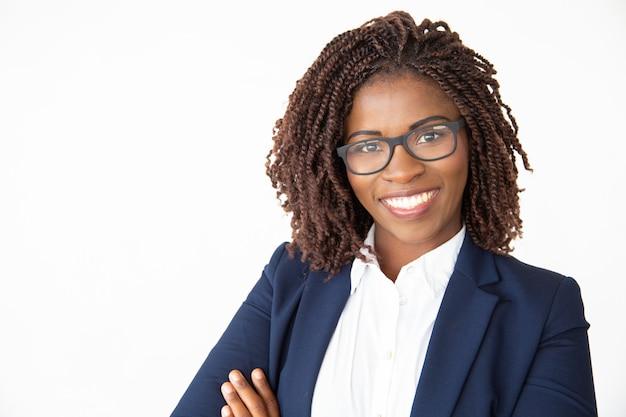 眼鏡を着て幸せな自信を持って女性プロ