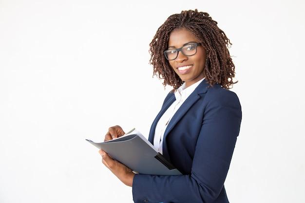 Счастливый эксперт проверяет документы