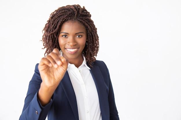 Счастливое дружелюбное сочинительство бизнес-тренера на стеклянной доске
