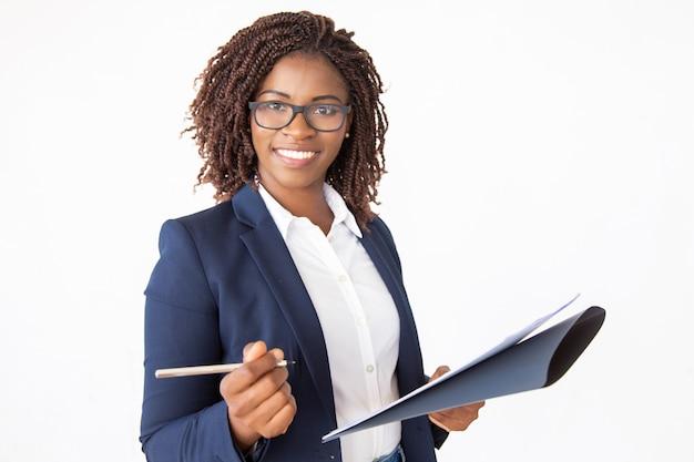 幸せな成功したビジネスリーダー署名契約