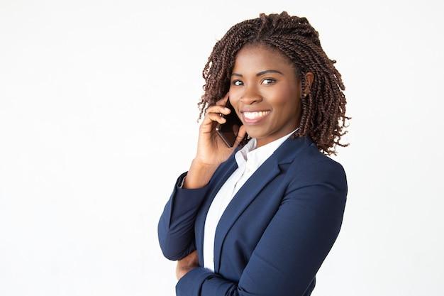 Счастливый успешный консультант разговаривает по мобильному телефону