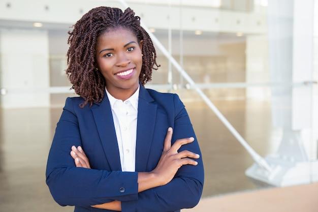 Счастливый успешный профессиональный позирует возле офисного здания