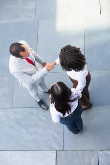 握手するアフリカ系アメリカ人のビジネスマン
