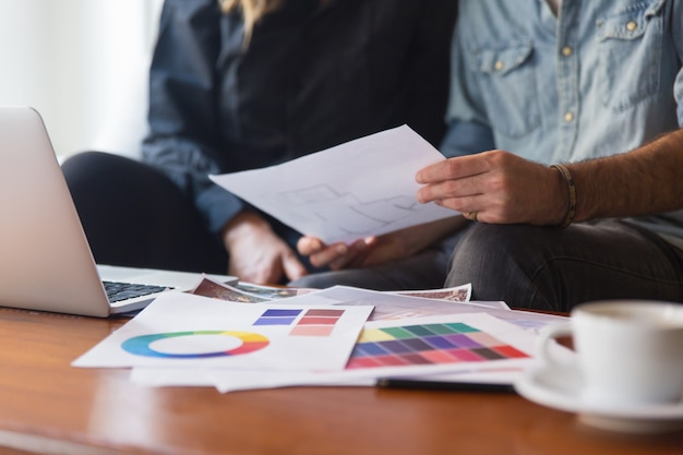 フロアプランを議論する建築家と顧客