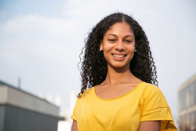 笑顔の魅力的な若い女性