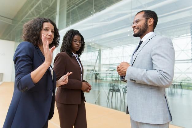 ビジネス部門の同僚が話したり議論したりする