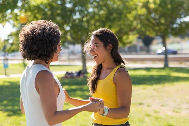公園で話している陽気な若い女性