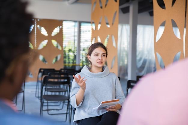 Возбужденная женщина-предприниматель представляет идеи стартапа