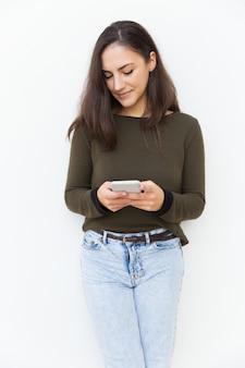 集中物思いにふける美しいラテン女性テキストメッセージ