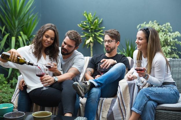 ワインを飲む友人の幸せなカップル