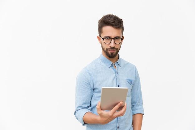 Уверенный предприниматель с помощью планшета