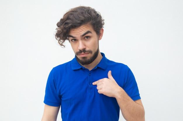 Удивленный парень, указывая пальцем на себя