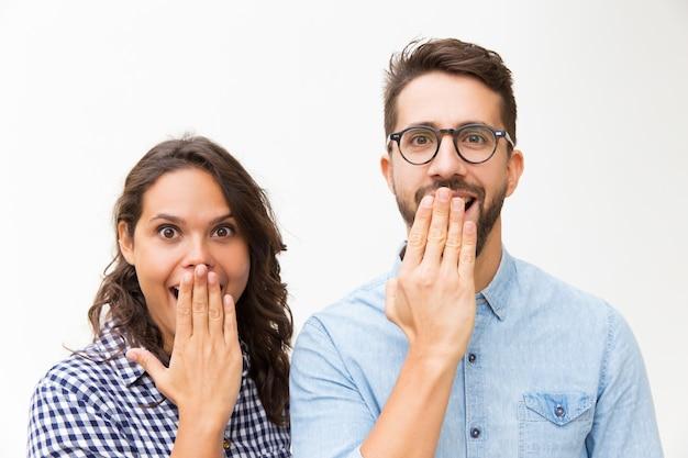 Удивленная счастливая пара смотрела