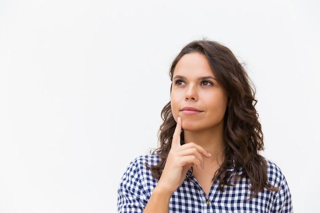 Мечтательный задумчивый женский клиент трогательный подбородок